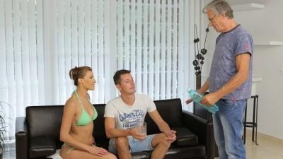 DADDY4K. Sexo Tabú De Belle y El Viejo Papá De BF Termina Con Semen En Su Boca