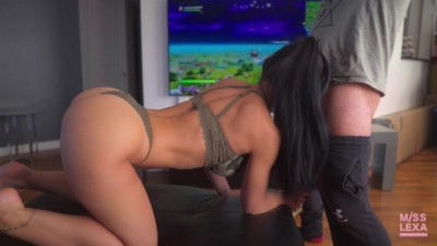 HOT Teen Gets Fucked While Playing Fortnite - Tubev